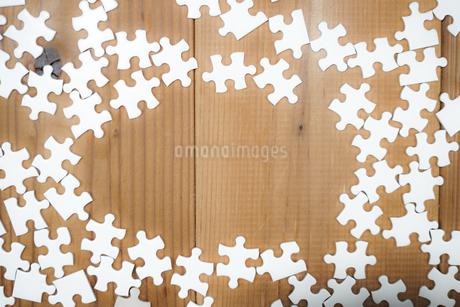 机に置かれた白いジグソーパズルの写真素材 [FYI03724189]