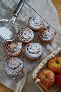 High angle view of cinnamon buns on metal grate at kitchenの写真素材 [FYI03724908]