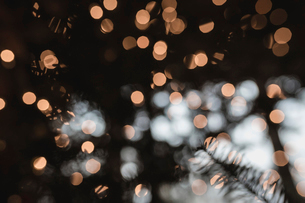 Defocused image of Christmas lights seen through windowの写真素材 [FYI03724957]