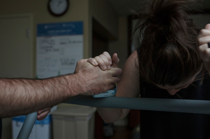 Cropped hand of man comforting painful pregnant woman in hospital wardの写真素材 [FYI03725382]