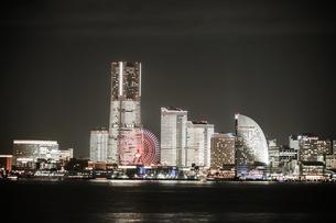 横浜みなとみらいの夜景(全館ライトアップ時)の写真素材 [FYI03726283]