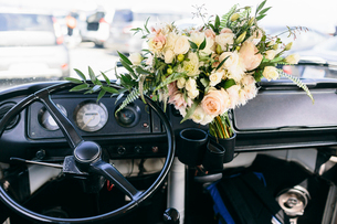 High angle view of bouquet on dashboard in carの写真素材 [FYI03727757]