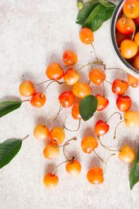 Overhead view of cherries on tableの写真素材 [FYI03728411]
