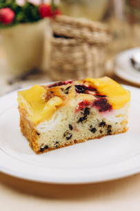 Close-up of fruitcake served in plate on table at cafeの写真素材 [FYI03728419]