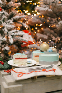 Close-up of sweet food on cutting board against Christmas Treesの写真素材 [FYI03728432]