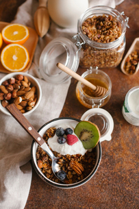 High angle view of granola with fruits on tableの写真素材 [FYI03728433]