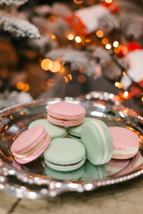 Close-up of macaroons in tray against Christmas Treeの写真素材 [FYI03728434]