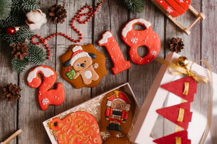 High angle view of Christmas decorations on wooden tableの写真素材 [FYI03728437]