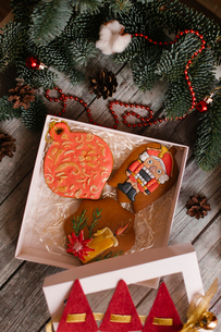 High angle view of cookies with Christmas decorations on wooden tableの写真素材 [FYI03728440]