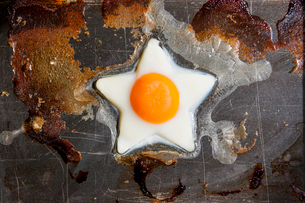 Overhead view of egg in star shape on frying panの写真素材 [FYI03728788]
