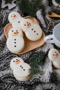 High angle view of Christmas cookies on tableの写真素材 [FYI03729400]