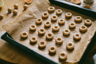 High angle view of sweet food in baking sheet on wooden tableの写真素材 [FYI03732548]