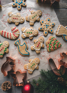 Close-up of decorated gingerbread cookies on tableの写真素材 [FYI03733039]