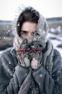 Close-up portrait of woman during winterの写真素材 [FYI03733089]