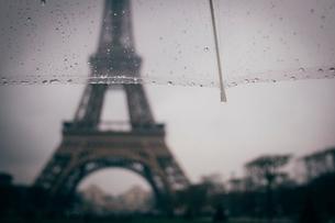 Cropped image of umbrella against Eiffel Tower during rainy seasonの写真素材 [FYI03733237]