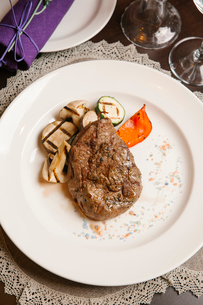 High angle view of steak with zucchini served in plate on tableの写真素材 [FYI03733739]