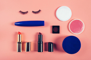 Overhead view of make-up equipment on colored backgroundの写真素材 [FYI03734172]