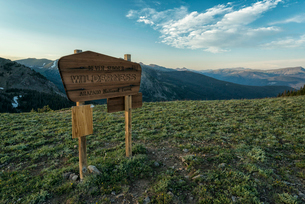 Information sign on landscape against sky at Rocky Mountain National Parkの写真素材 [FYI03734692]