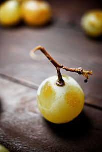 Close-up of frozen grape on tableの写真素材 [FYI03734767]