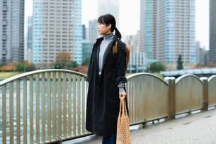川辺を歩く女性の写真素材 [FYI03736572]