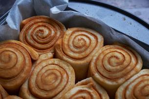 Close-up of rolled up cinnamon bun's dough in baking sheetの写真素材 [FYI03736729]