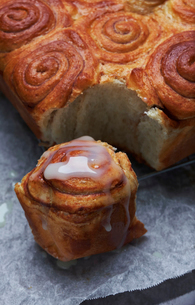 Close-up of icing on cinnamon bunの写真素材 [FYI03736734]
