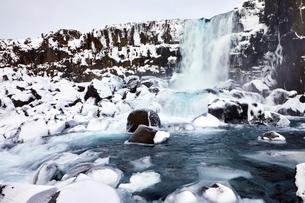 Idyllic view of waterfall during winterの写真素材 [FYI03737009]