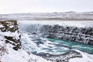 Idyllic view of Gullfoss Falls during winterの写真素材 [FYI03737019]