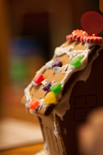Close-up of gingerbread house on table at homeの写真素材 [FYI03738669]