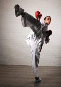 Woman practicing martial arts in health clubの写真素材 [FYI03739245]