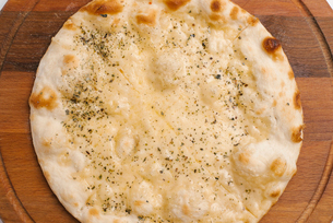 Overhead view of pizza on serving boardの写真素材 [FYI03739515]