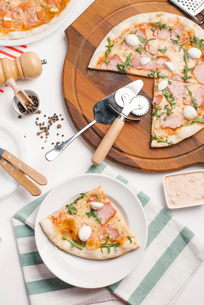 High angle view of pizza on tableの写真素材 [FYI03739525]