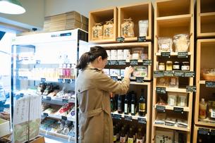 調味料を選ぶ女性の写真素材 [FYI03739609]