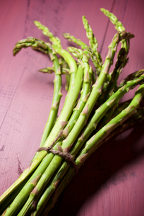 Close-up of asparagus on tableの写真素材 [FYI03739712]