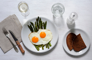 Overhead view of breakfast served with drinks on tableの写真素材 [FYI03739941]