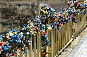 Various love locks on metallic railing of Charles Bridge in cityの写真素材 [FYI03740091]