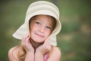 Portrait of cute girl wearing hatの写真素材 [FYI03740247]