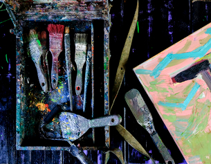 Overhead view of messy painting equipment in dirty container on tableの写真素材 [FYI03740306]