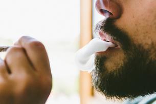 Midsection of bearded man smoking marijuana jointの写真素材 [FYI03742378]