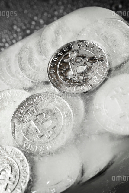 Overhead view of frozen bitcoins on tableの写真素材 [FYI03745870]