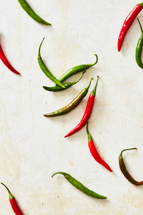 Overhead view of chili peppers on white tableの写真素材 [FYI03747390]