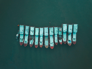 Aerial view of boats moored side by side on sea at Baliの写真素材 [FYI03748554]