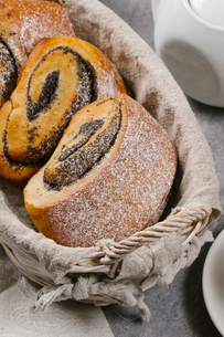 High angle view of rolled buns with papaver in wicker basket on tableの写真素材 [FYI03749633]