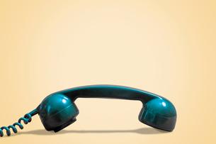 Blue vintage telephone on beige backgroundの写真素材 [FYI03751049]