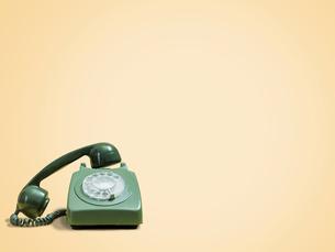 Vintage telephone against beige backgroundの写真素材 [FYI03751066]