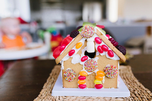 Close-up of gingerbread house on wooden table at home during Christmasの写真素材 [FYI03751157]