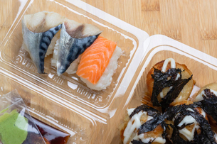 Close-up of seafood in plastic container on tableの写真素材 [FYI03751357]
