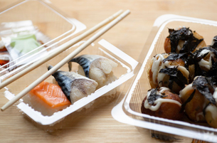 Close-up of seafood with shopsticks in plastic containers on tableの写真素材 [FYI03751361]