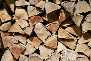 Pile of chopped firewoodの写真素材 [FYI03751773]