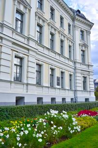 ラトビアの首都リガの色々な花で飾られた白い建物の写真素材 [FYI03751787]